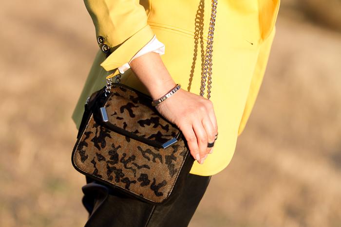 Detalle complementos accesorios mini bolso print camo y pulsera de plata y estampado Cebra