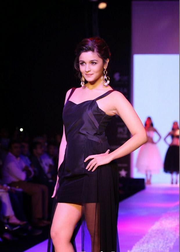Alia Bhatt's hottest ramp walk latest hot pics in 2013, Hot in black mini skirt