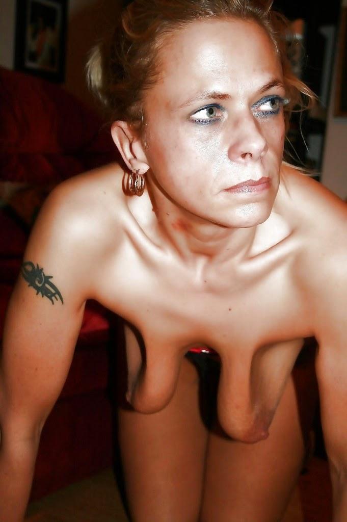 Leere Brüste einer reifen Hausfrau