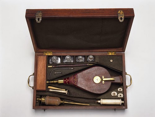 Antiguo material médico: Enema de humo de tabaco