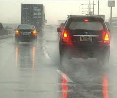 Tips aman berkendara di jalan yang basah