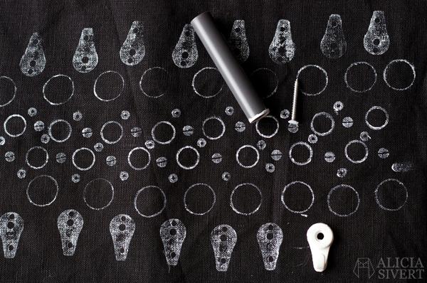DIY junk printing, tutorial by Alicia Sivertsson, 2016. skrottryck do it yourself skapa skapande creativity create kreativitet trycka med skrot tryck med skrot skräp återbruk spikar knappar skruvar kapsyler pictorial bildbeskrivning beskrivning gör det själv textiltryck textilfärg textil tryck trycka print mönster mönsterkonstruktion mönsterskapande levande verkstad