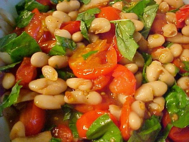 Salade tiède aux tomates et aux haricots blancs
