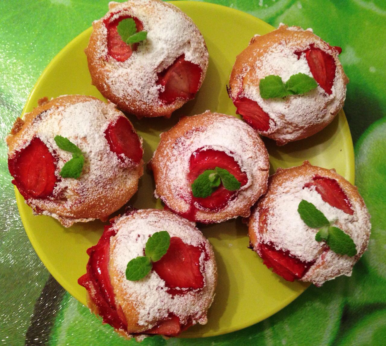 cupcakes con fresas, muffins con fresas