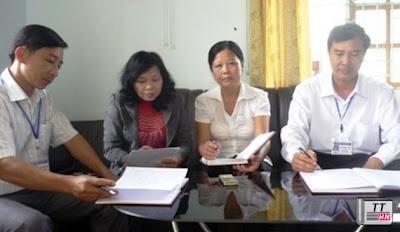 Tại buổi làm việc với BGH, cô Huyền (thứ 3 bên trái sang) đã khẳng định nội dung mình bị tố cáo là sai sự thật, là vu khống.