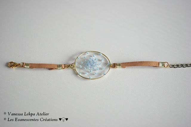 bijoux amérindien petits attraper rêves en bracemt de cuir tissé à la main avec des perles bleues nacrées clair. Façon artisanal et traditionnel , style améridien et chamanisme