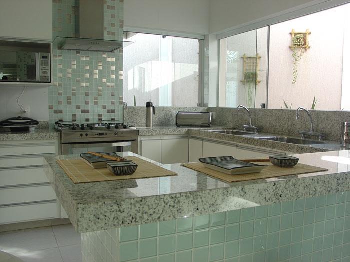decorar cozinha moderna:Práticas e duradouras, as pastilhas de vidro não envelhecem com o