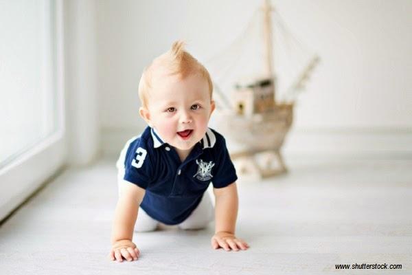 Une petit bébé garçon mignon