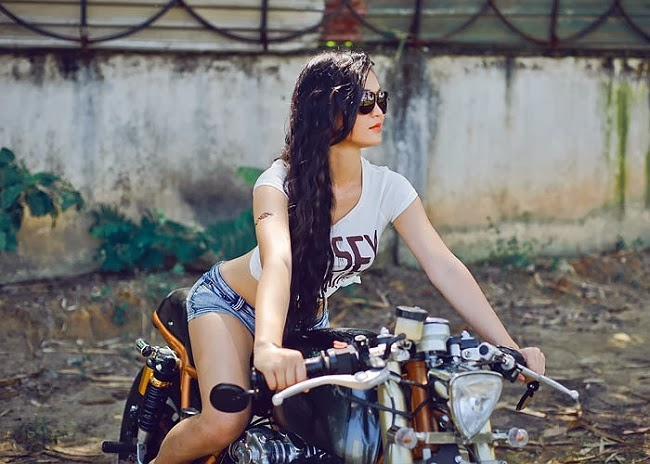 Hot girl Sài Thành nóng bỏng cùng xế độ cafe racer