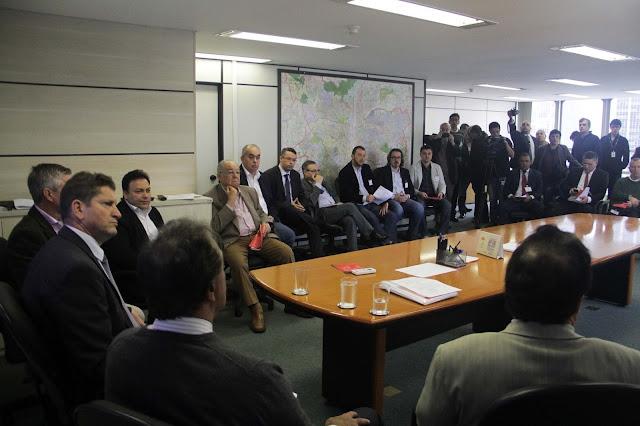 Secretário Jilmar Tatto com representantes da categoria, Na reunião da Câmara Temática de Serviços de Taxi. Foto: Elisa Rodrigues/SMT