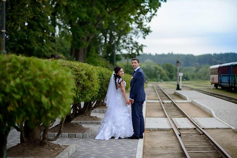 romantiškos vestuvės prie geležinkelio