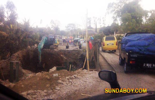Jembatan Cibereum Garut Rubuh Menyebabkan Macet Total