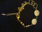 pulseira dourada c elos e pingentes