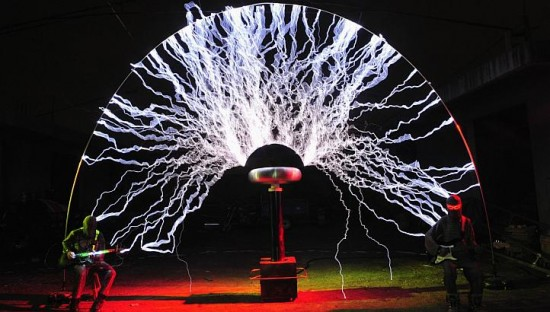 Playing with Lightning – Chinese Band Uses 1-Million-Volts Tesla Coil in Its Electrifying Concerts