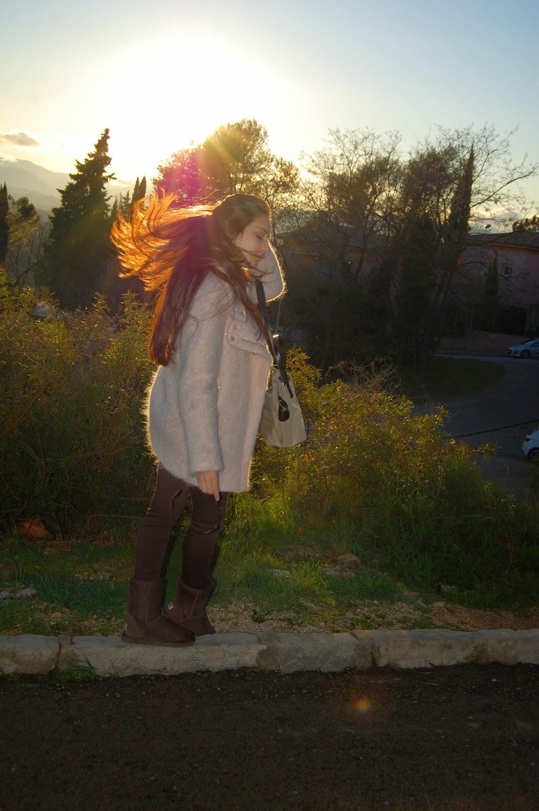 abrigo zara rosa, jersey cuello vuelto zara, pantalones marrones zara, botas ugg marrones, bolso bimba&lola beige, gafas de sol ray-ban erika