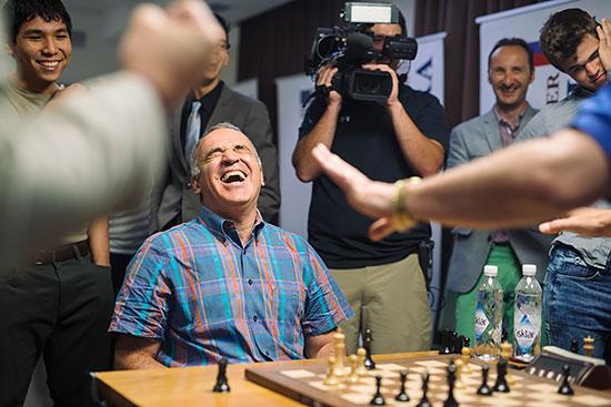 Garry Kasparov prend du plaisir à jouer aux échecs lors de la Sinquefield Cup 2015 - Photo © Austin Fuller