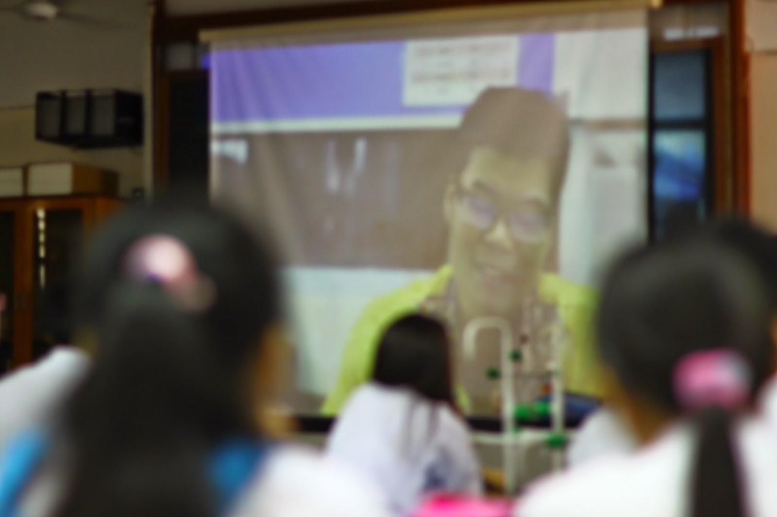 Cikgu Lau Ngie Tung berkongsi rahsia kejayaan beliau dengan peserta Kem Kimia