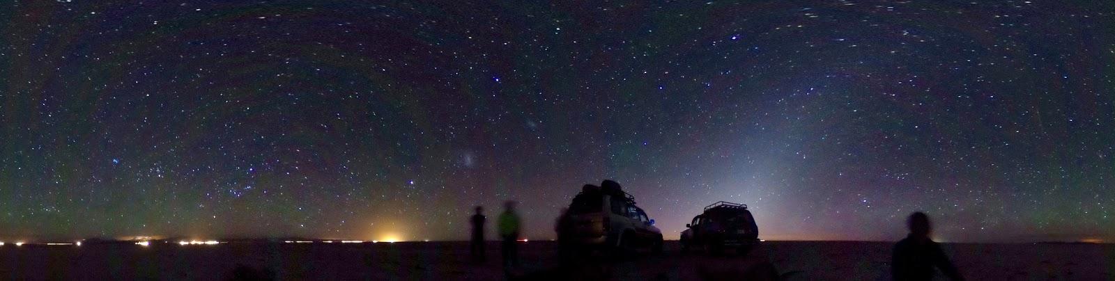 夜明け前は天の川と南十字星が上がってきますがウユニ塩湖の中までは行けませんので、塩のホテルの前から撮影しました。