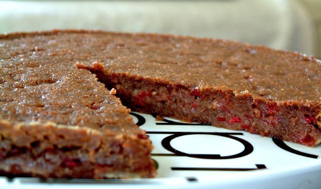 Czekoladowe brownie z malinami. Porcja ok. 330 kcal