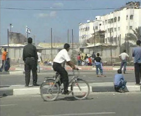 http://3.bp.blogspot.com/-885ik2AZCss/UQJg_okd3RI/AAAAAAAAKKY/QyADbFnZ_04/s1600/Un+cycliste+passe+paisiblement.jpg