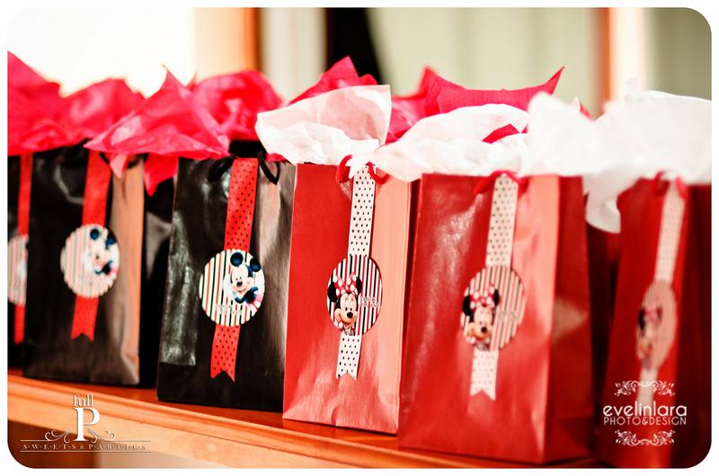 Bolsitas de Minnie para las nenas y Mickey para los varones, llenas de