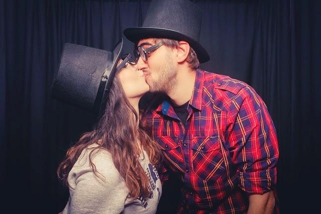10 Tips Penting Agar Ciuman Pertamamu Berkesan