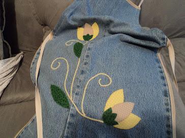 Avental jeans com aplique de flores