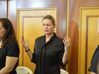 Andressa Urach reúne 8 mil fiéis em Manaus e diz que quer ser obreira