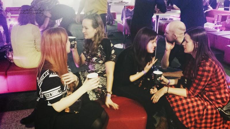 Blogowigilia 2014, kosmetyczka, stadion narodowy, Warszawa, blogerzy, blogerki, ludzie rozmawiaja, impreza,kobiety, mezczyzni