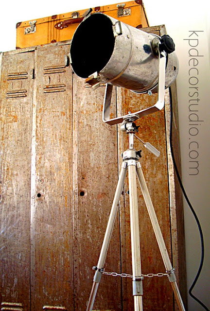 Comprar foco antiguo de fotografía estilo vintage-industrial sobre trípode antiguo.