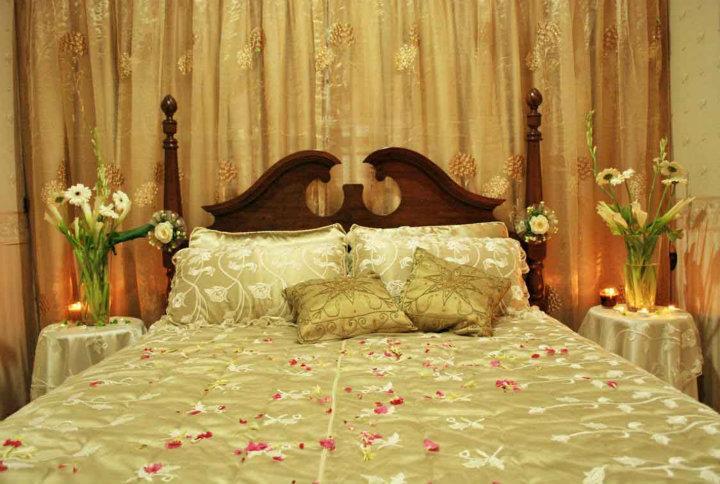 Bride groom wedding room decoration bedroom decoration for Bed decoration ideas for first night