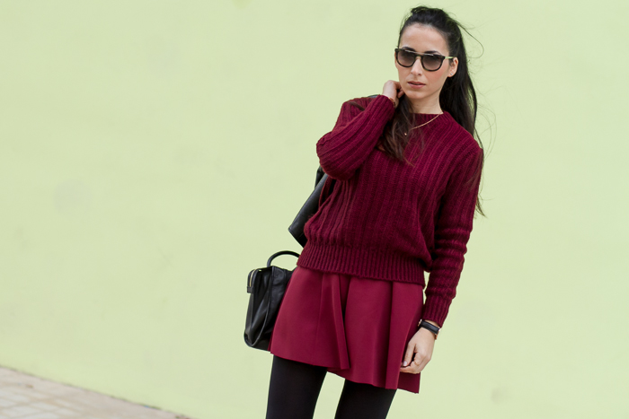 Look granate burgundy total con jersey de mohair y falda mini de neopreno Tendencia Moda Blog España withorwithoutshoes