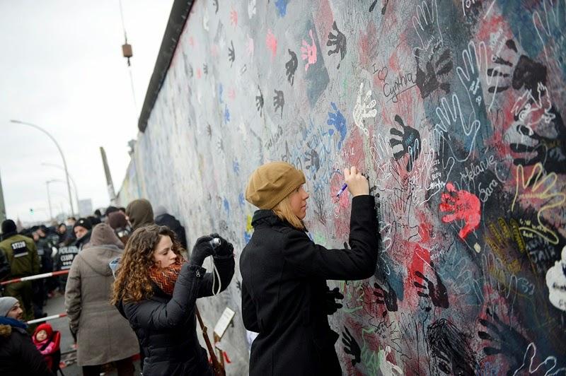 Nhớ lại sự sụp đổ của bức tường Berlin