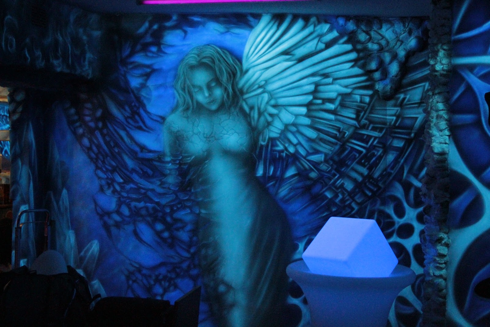 Malowanie obrazu na ścianie w klubie, efekt świecenia ściany, mural UV, malowanie anioła na aścianie
