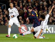 Khedira akimthibiti Messi wakati wa mechi ya kombe la mfalme Real Madrid .