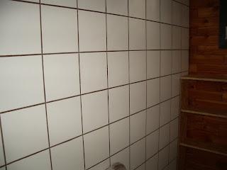 Ma maison en parpaings de bois bvb wc sdb for Carrelage blanc joint noir