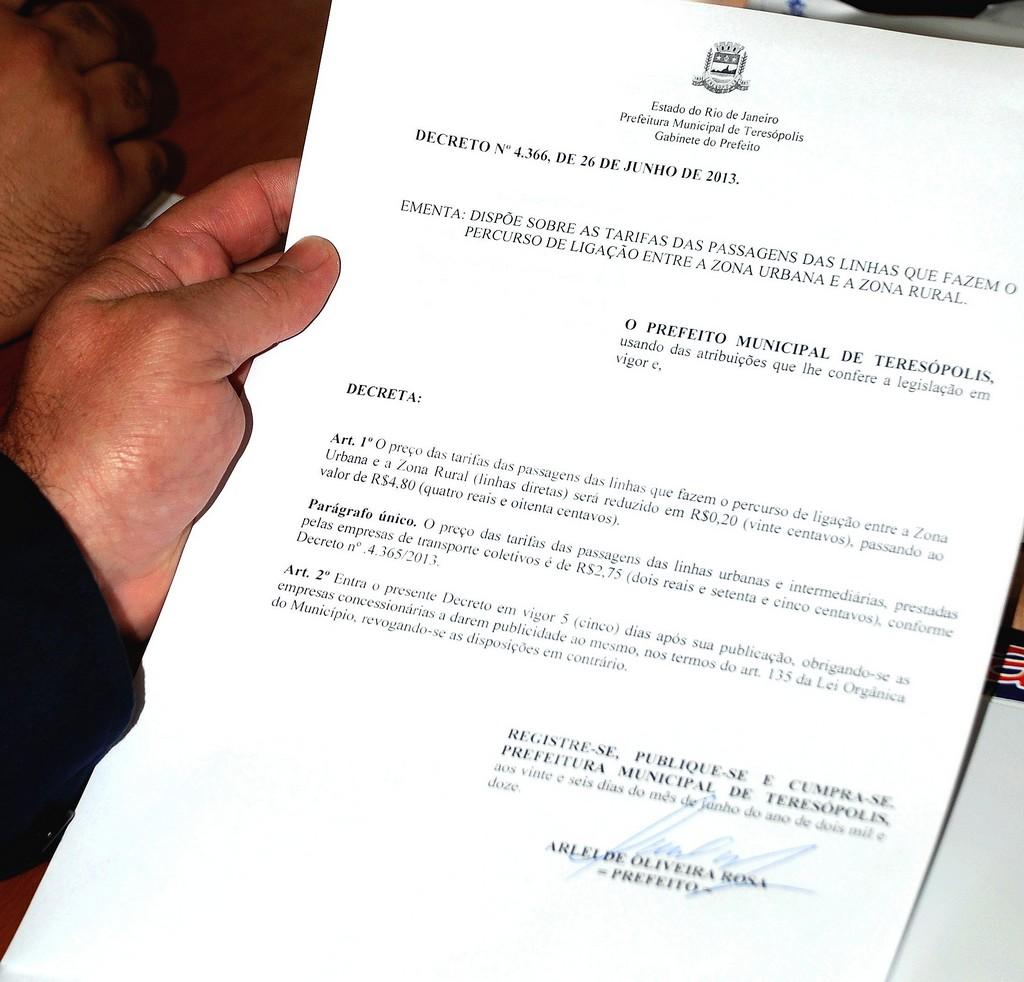 Prefeito Arlei assina decreto que reduz o valor das passagens de ônibus