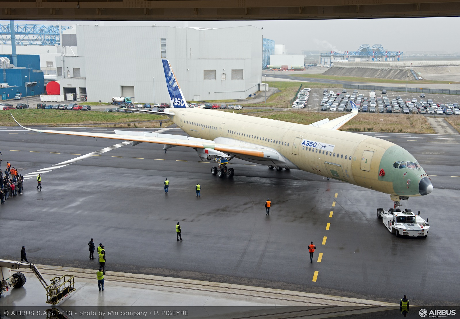 Images airbus moves complete first to fly a350xwb to next for Interieur qatar airways