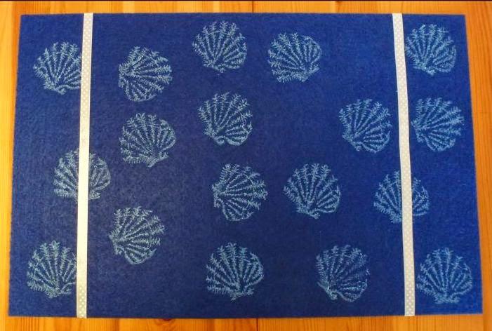 Tischsets in blau mit gestempeltem Muschelmuster