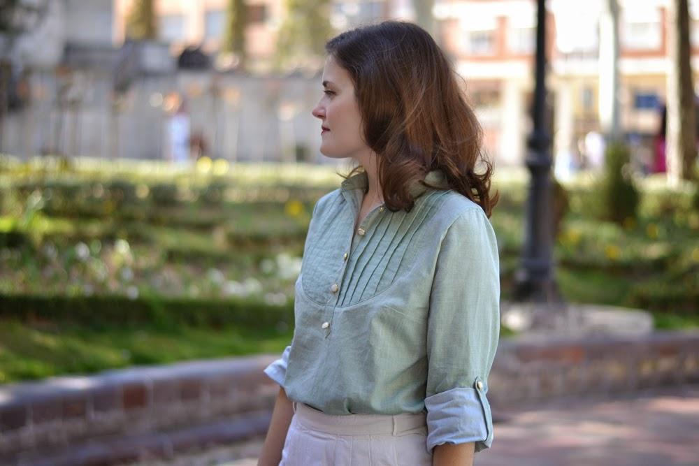 Patrón blusa Carme, pauline alice patterns, en algodón verde aqua con botones de nácar y dorado.