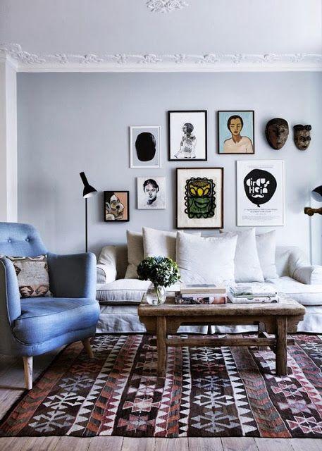 personlig hjem med rejsefund og malerier