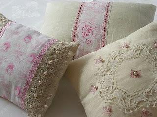 Almofadas românticas decorada com fitas e tecidos