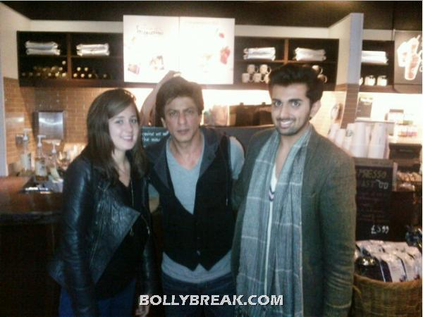 srk in middle with fans on side -  Shahrukh Khan london fan pics