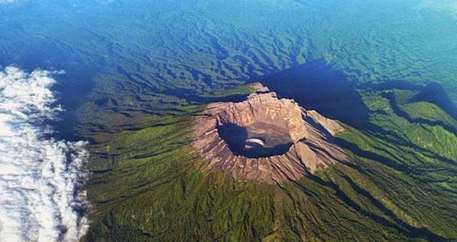 Gunung Raung Keluarkan Dentuman Keras dan Menyemburkan Api