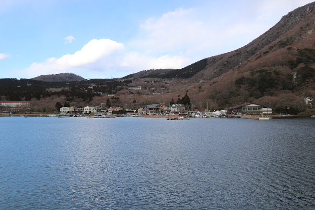 You will find many small towns located along Lake Ashinoko and surrounded by mountains in Japan