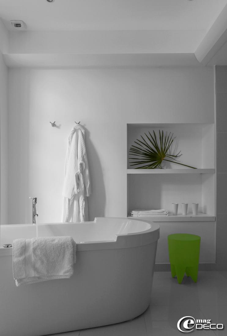 Dans la salle de bains de la 'Suite Anis' du Château Clément, l'atmosphère lumineuse peut être modifiée selon l'inspiration grâce à des LED multicolores dissimulées au-dessus de la corniche. Tabouret en plastique vert 'Bubu' designé par Philippe Starck
