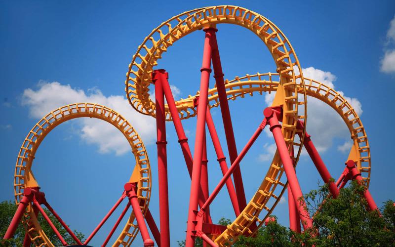 Na imageme capa: Foto de loopings de uma montanha-russa todos enrolados.