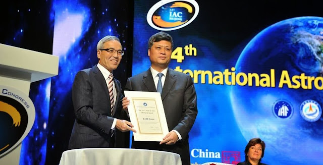 As part of the Opening Ceremony, IAF President Kiyoshi Higuchi presents Dr MA Xingrui with the Allan D. Emil Award for his foundational work in the Chinese space programme over three decades. Credit: iafastro.com