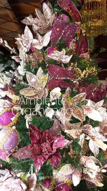 Árvore de Natal com flores cor vinho