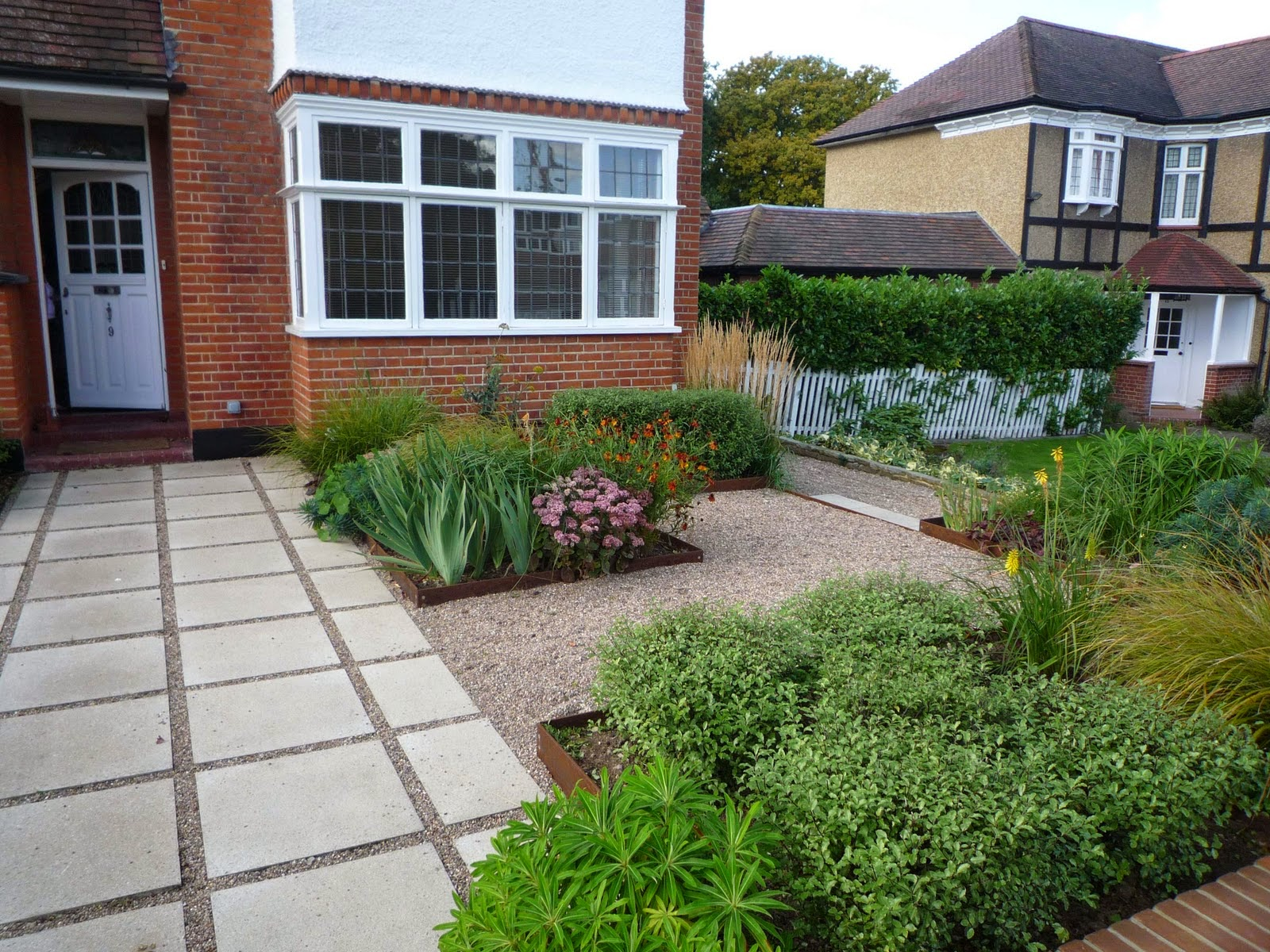 Contemporary front garden designs model home interiors for Front garden designs uk